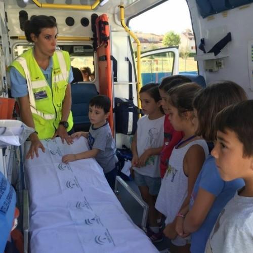 Un equipo de emergencias de SAMU visita el Summer Camp